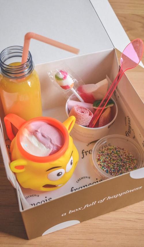 onze-kinderbox-is-steeds-gevuld-voor-1-kindje-herbruikbaar-bekertje-gevuld-met-vanille-aardbei-potje-discobolletjes-flesje-fruitsap-potje-snoepjes-567.jpg